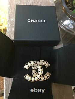 Beautiful CHANEL CC LOGO PEARL WHITE CRYSTALS TWO TONE BROOCH PIN Jewelry